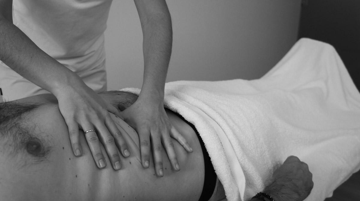 tratando a un paciente con tecnicas de osteopatia en Marbella